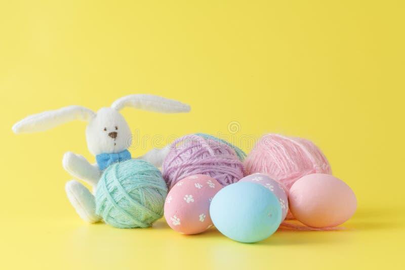 Kleurrijke met de hand gemaakte paaseieren met wolclew en stuk speelgoed konijn stock foto's