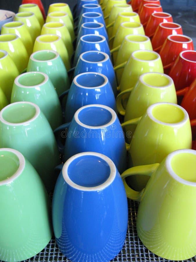 Kleurrijke mokken stock afbeelding