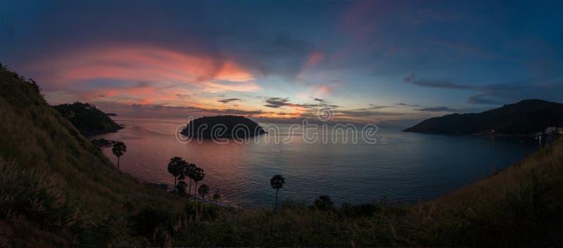 Kleurrijke mooie zonsondergang vanuit de Kaapgezichtspunt van Prom Thep stock afbeelding