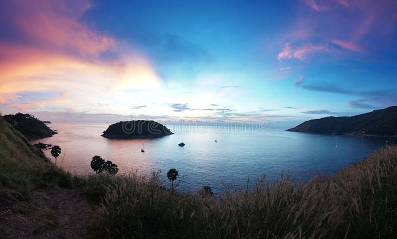 Kleurrijke mooie zonsondergang vanuit de Kaapgezichtspunt van Prom Thep royalty-vrije stock afbeeldingen