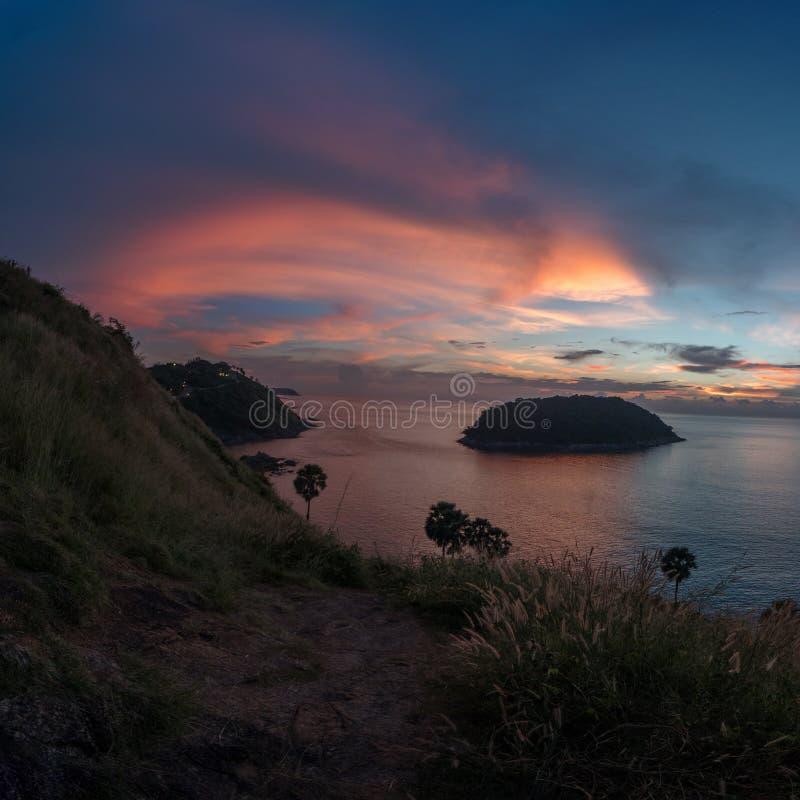 Kleurrijke mooie zonsondergang vanuit de Kaapgezichtspunt van Prom Thep royalty-vrije stock foto
