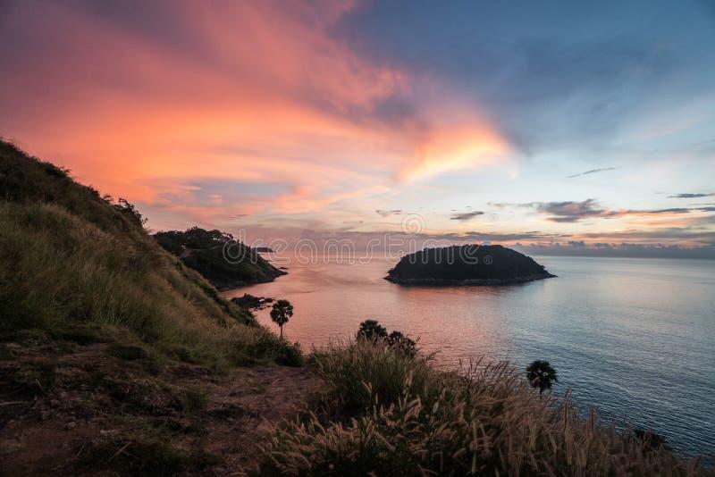Kleurrijke mooie zonsondergang vanuit de Kaapgezichtspunt van Prom Thep royalty-vrije stock fotografie