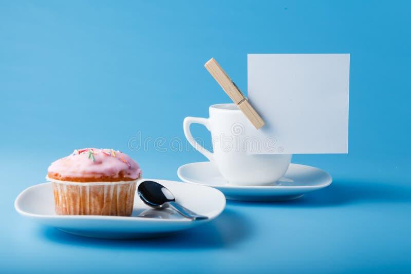 Kleurrijke muffin met kop stock foto's