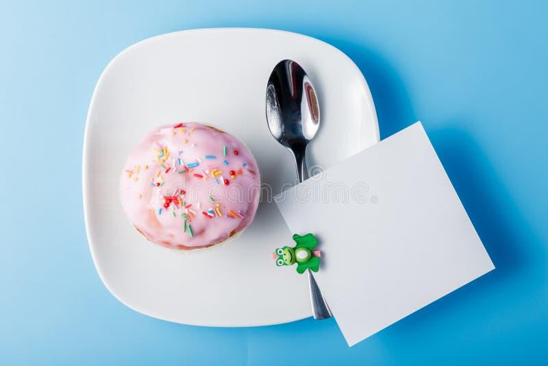 Kleurrijke muffin op schotel royalty-vrije stock afbeelding