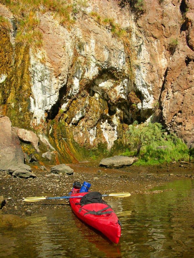 Kleurrijke muur langs shorline van de Rivier van Colorado onder Dam Hoover royalty-vrije stock foto