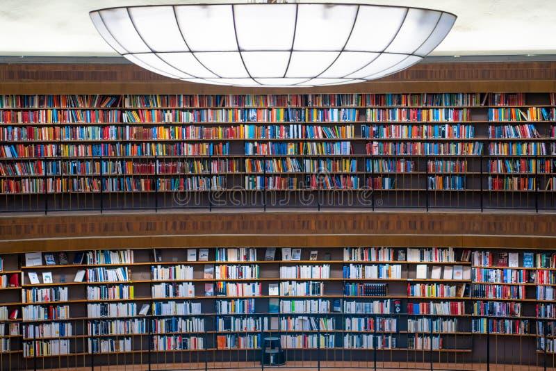 Kleurrijke muur van boeken op shelfs bij de rotonde in Stockholm Stadsbibliotek of Openbare Bibliotheek royalty-vrije stock foto's