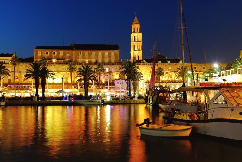 Kleurrijke nacht te Gespleten oude stadswaterkant met schepen stock fotografie