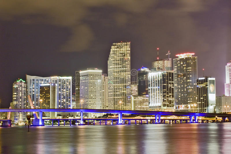 Kleurrijke nachtmening van stad van Miami Florida royalty-vrije stock foto's