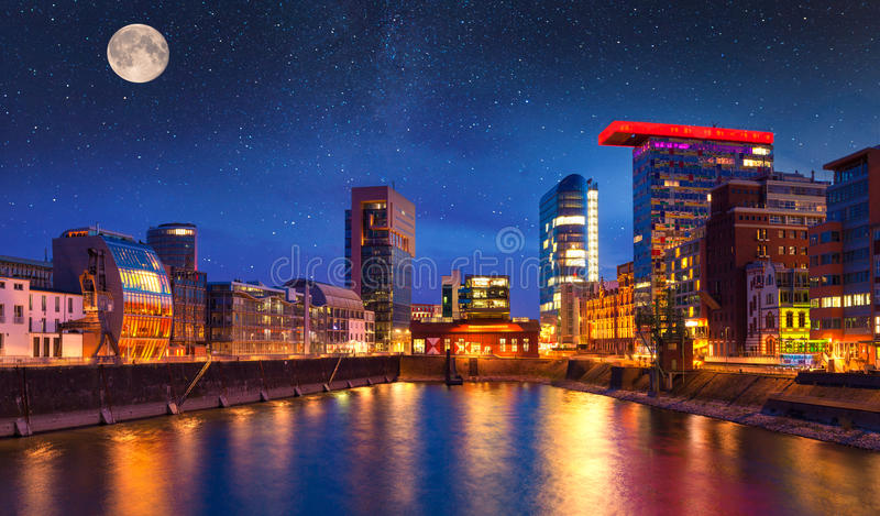 Kleurrijke nachtscène van de rivier van Rijn bij nacht in Dusseldorf royalty-vrije stock foto
