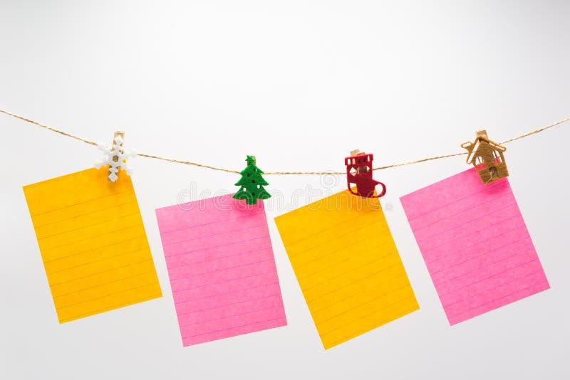 Kleurrijke notadocumenten die kabel hangen stock afbeeldingen