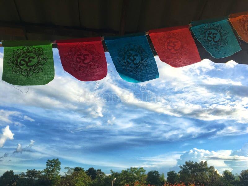 Kleurrijke om vlaggen die op het dak met mooie blauwe hemel hangen royalty-vrije stock afbeelding