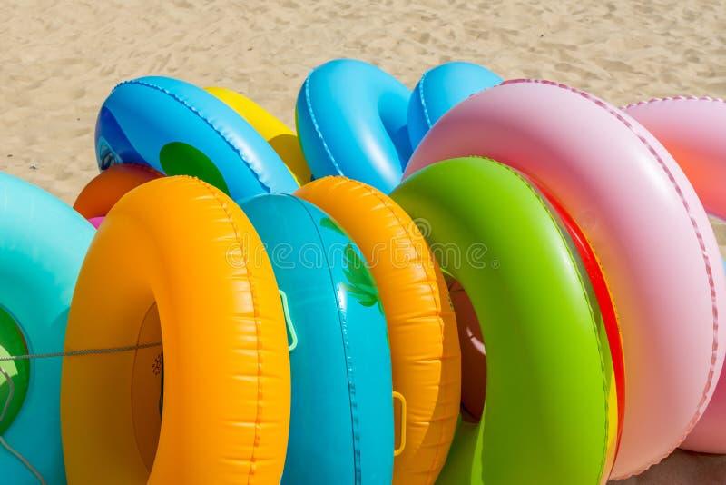 Kleurrijke opblaasbare zwemmende ringen bij de beuk voor verkoop royalty-vrije stock foto's