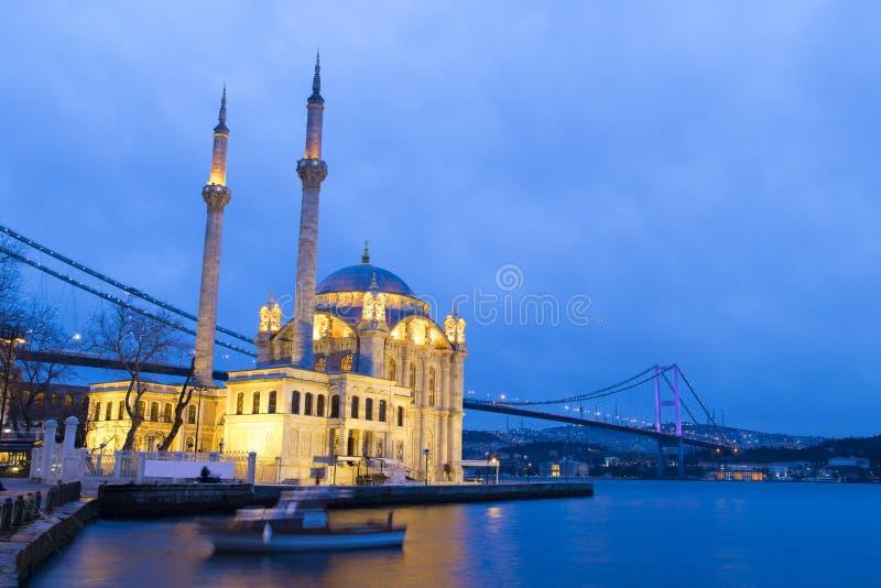 Kleurrijke Ortakoy-moskee en Bosphorus-Brugbezinning over het overzees stock afbeelding