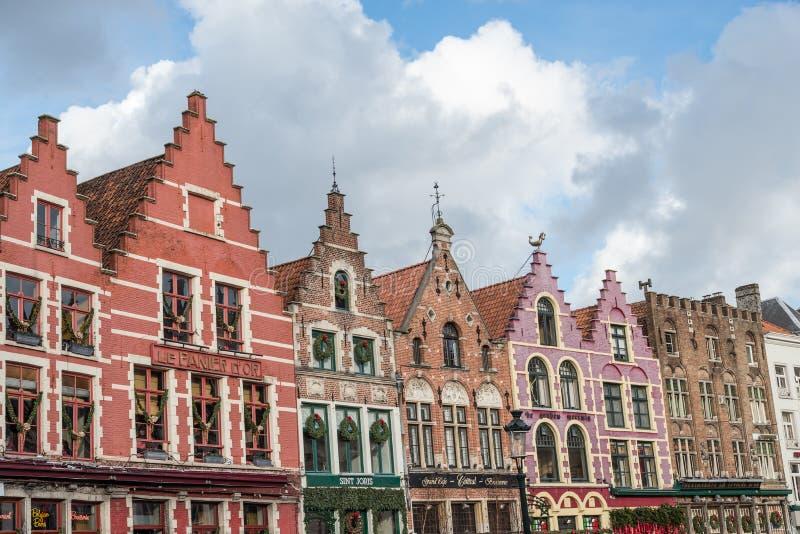 Kleurrijke oude baksteenhuizen in de Markt Vierkante, Oude Stad van Brugge, België stock afbeeldingen