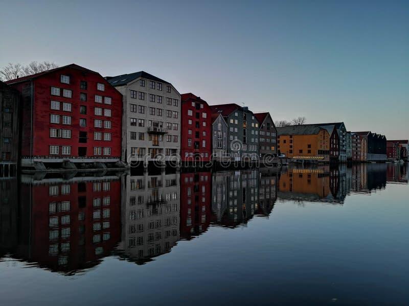 Kleurrijke oude huizen bij de Nidelva-rivierdijk in Trondheim, Noorwegen stock afbeeldingen