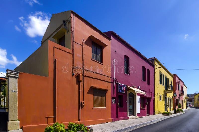 Kleurrijke oude traditionele huizen in Archanes-stad onder de heldere zon stock fotografie