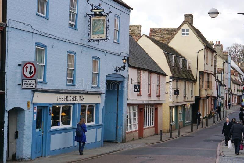 Kleurrijke oude winkels op Brugstraat, Cambridge, Engeland royalty-vrije stock foto