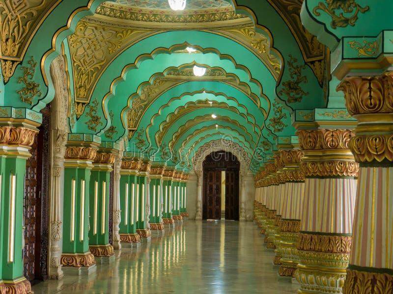 Kleurrijke overladen binnenlandse zalen van het koninklijke Paleis van Mysore, Karnataka, India stock fotografie