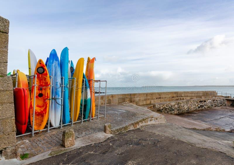 Kleurrijke Overzeese Kano's in Rek, St Ives, Cornwall, het UK stock afbeelding