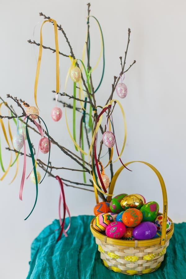 Kleurrijke paaseieren die op tak hangen stock afbeelding