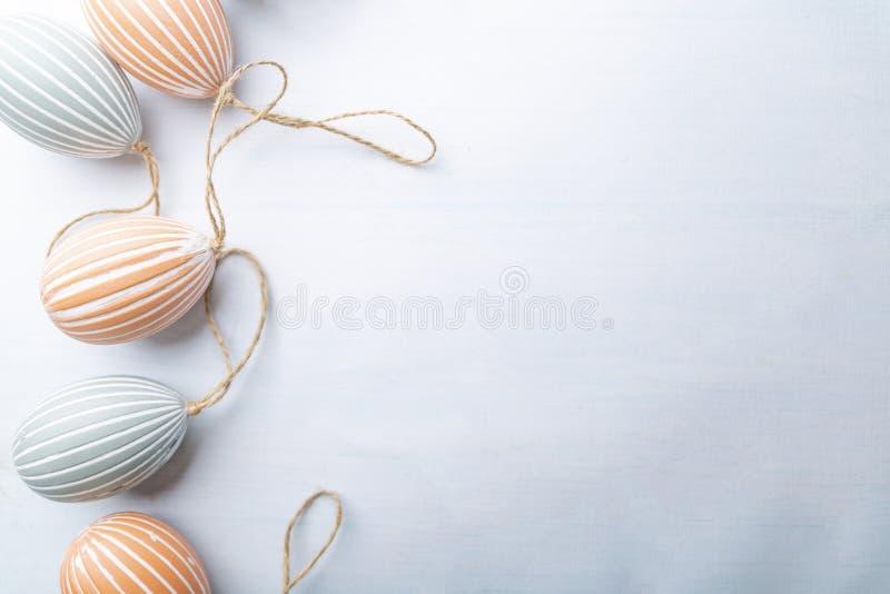 Kleurrijke paaseieren, feestelijke samenstelling op een witte achtergrond stock afbeeldingen