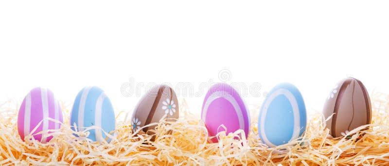 Kleurrijke Paaseieren In Het Nest Stock Foto