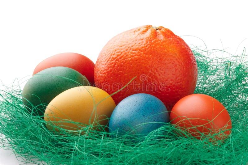 Kleurrijke Paaseieren met een sinaasappel stock foto
