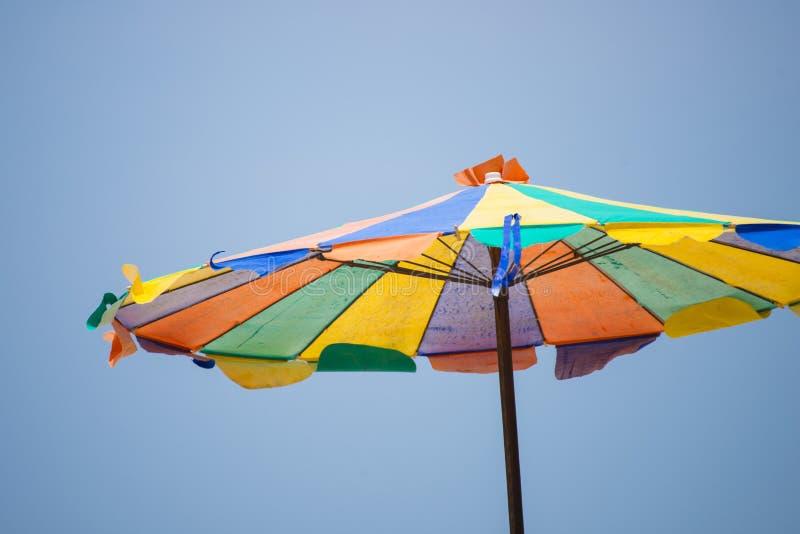 Kleurrijke paraplu op het strand stock afbeelding