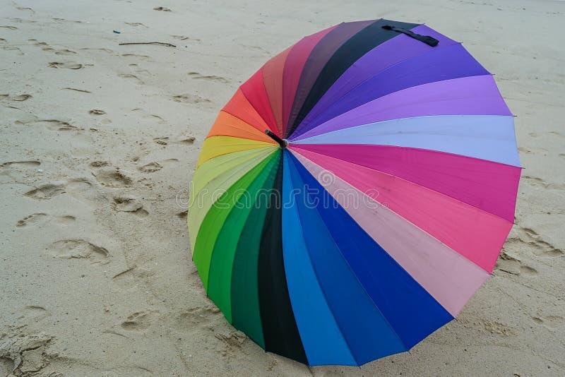 Kleurrijke paraplu op zandig strand stock afbeeldingen