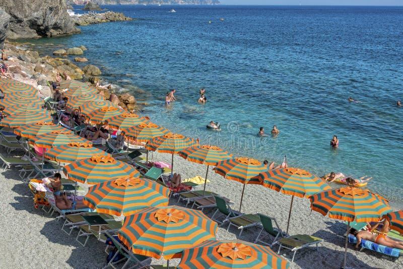 Kleurrijke Paraplu's bij het Strand stock foto