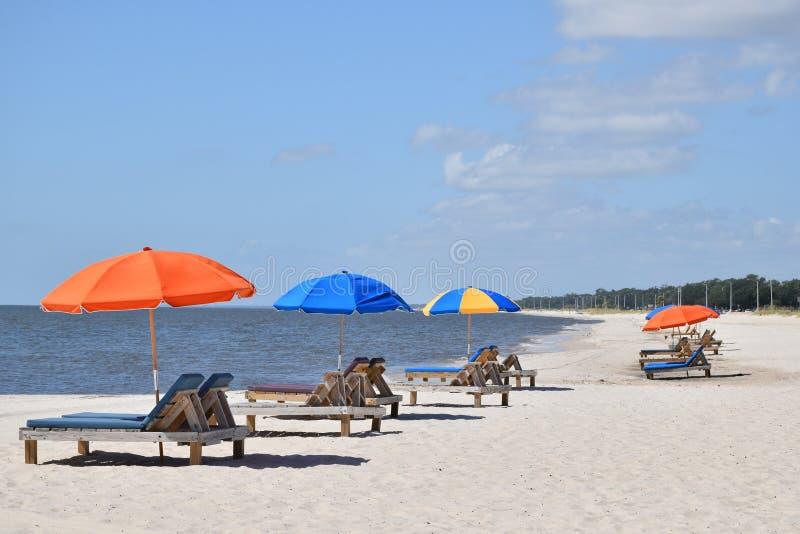 Kleurrijke paraplu's bij strand stock foto