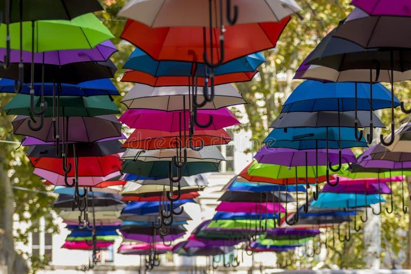 Kleurrijke paraplu's in de hemel royalty-vrije stock afbeeldingen