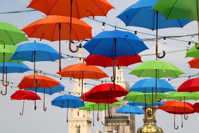 Kleurrijke Paraplu's in Zagreb, Kroatië stock foto's