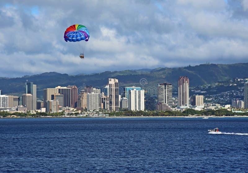 Kleurrijke parasail over Honolulu royalty-vrije stock fotografie