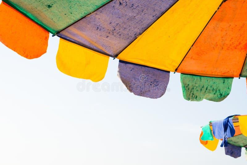 Kleurrijke parasol op het strand stock afbeelding