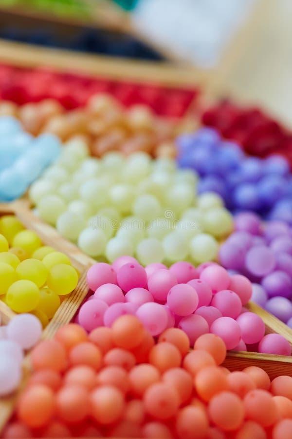 Kleurrijke parels in een juwelenopslag stock fotografie