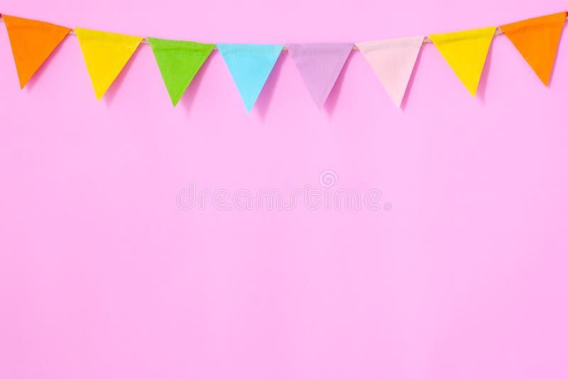 Kleurrijke partijvlaggen die op roze achtergrond, verjaardag hangen, anniv royalty-vrije stock fotografie