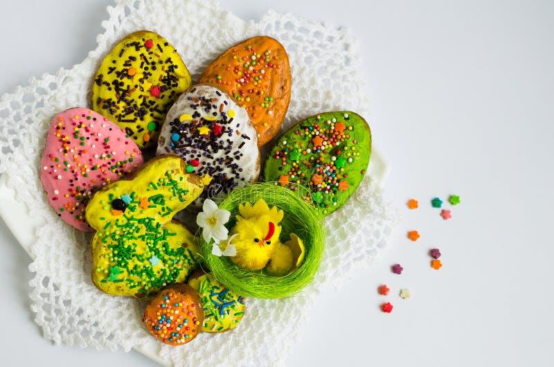 Kleurrijke Pasen koekjes stock foto's