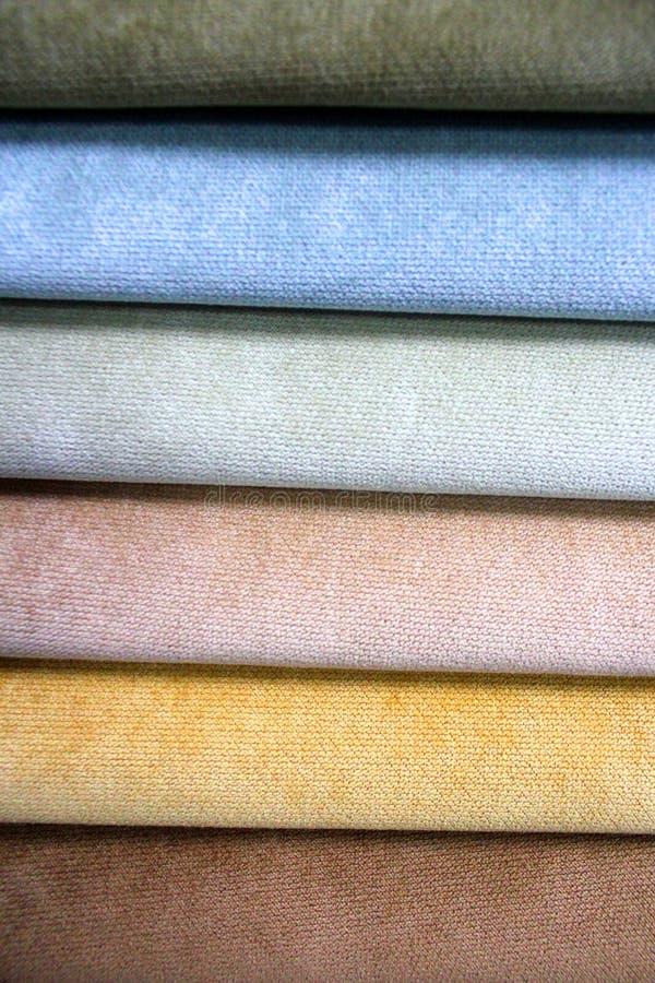 Kleurrijke patronen van stofferingsstof Close-up van steekproeven van meubilairstof Multicolored zachte textiel De meubilairindus stock fotografie