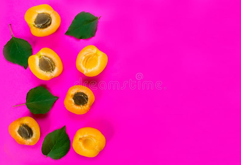 Kleurrijke patroonachtergrond van verse abrikoos op een heldere roze achtergrond De ruimte van het exemplaar stock foto