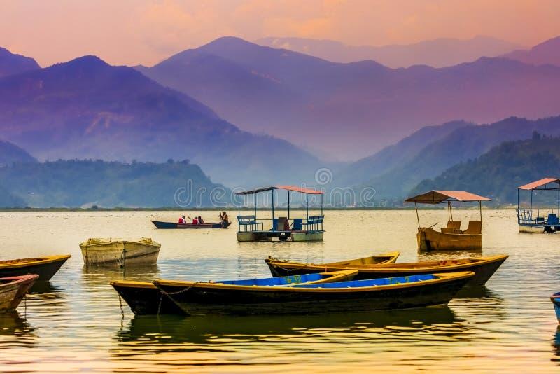 Kleurrijke Pedaalboten die in Phewa-Meer Pokhara worden geparkeerd royalty-vrije stock afbeeldingen