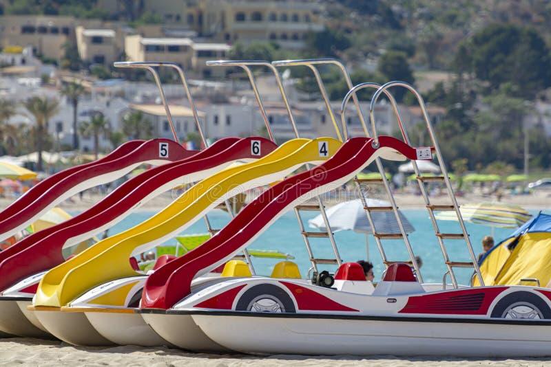 Kleurrijke pedaalboten met dia's voor huur op zandig strand royalty-vrije stock foto