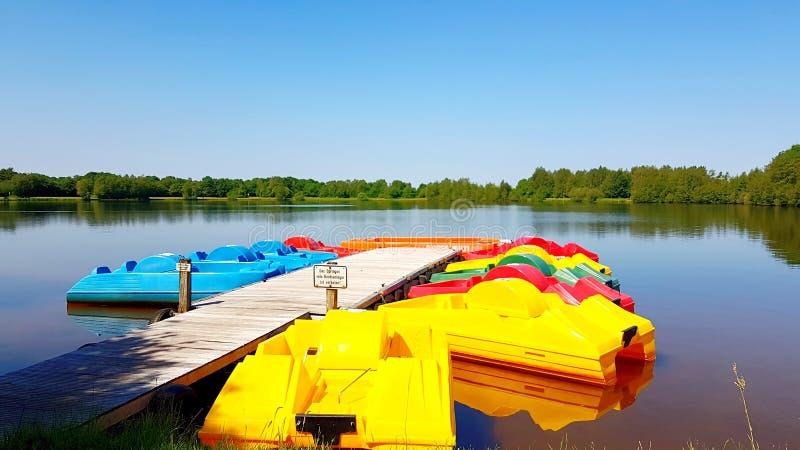 Kleurrijke pedaalboten op het bootdok stock afbeeldingen
