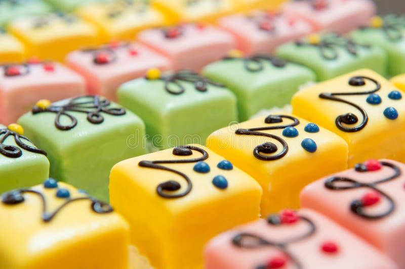 Kleurrijke Petit-fours voor de partij stock afbeeldingen