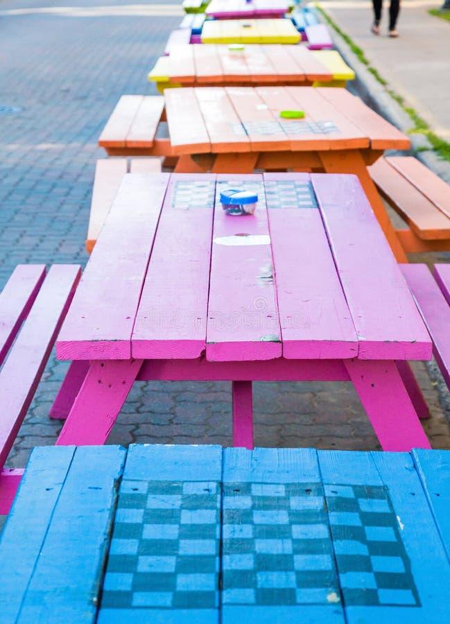Kleurrijke Picknicklijsten met Checkerboards stock foto