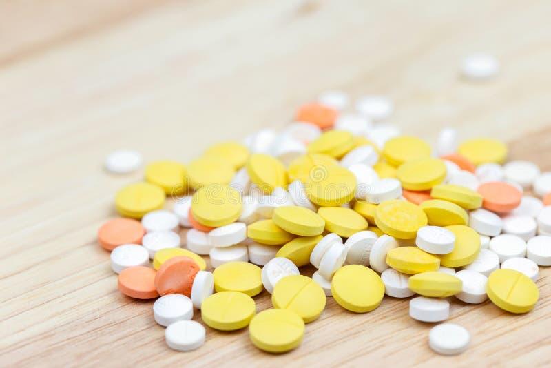 Kleurrijke pillen en drugs in dichte omhooggaand Geassorteerde pillen en drugs in geneeskunde Opioid en de verslavingsepidemie va royalty-vrije stock afbeeldingen