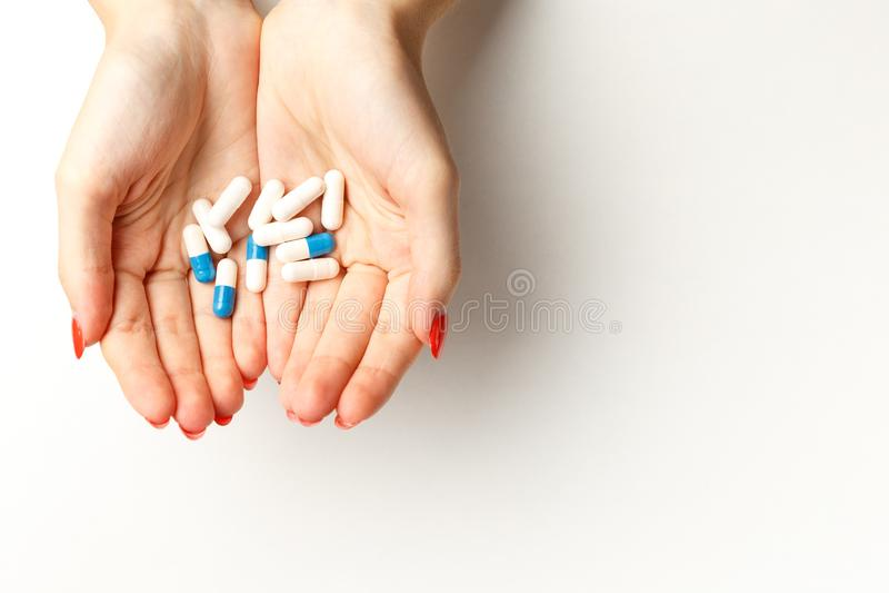 Kleurrijke pillen en tabletten in de vrouwenhanden royalty-vrije stock foto's