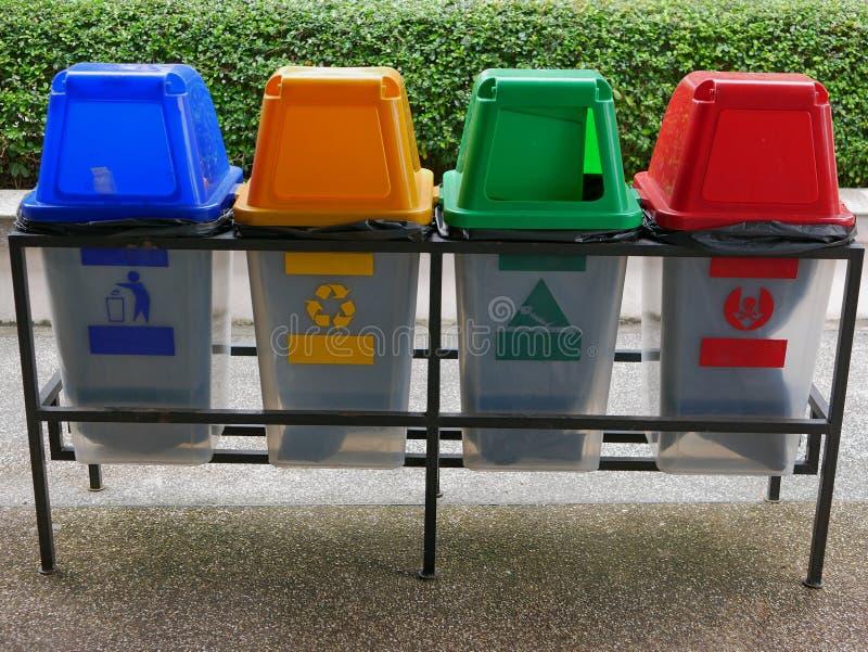 Kleurrijke plastic afvalbakken/blikken voor afvalscheiding royalty-vrije stock afbeelding