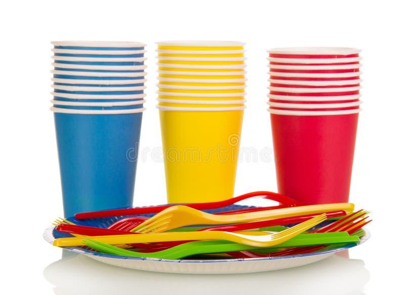 Kleurrijke plastic die koppen en vorken op wit worden geïsoleerd stock afbeelding