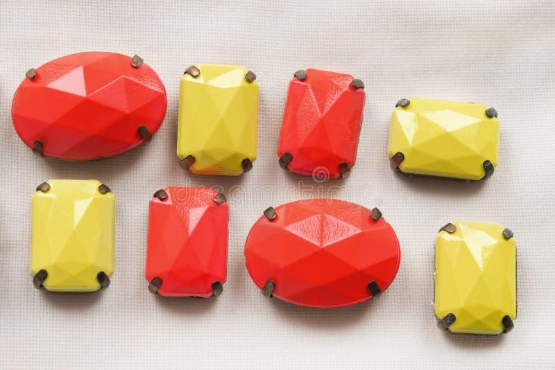 Kleurrijke plastic parels stock afbeeldingen